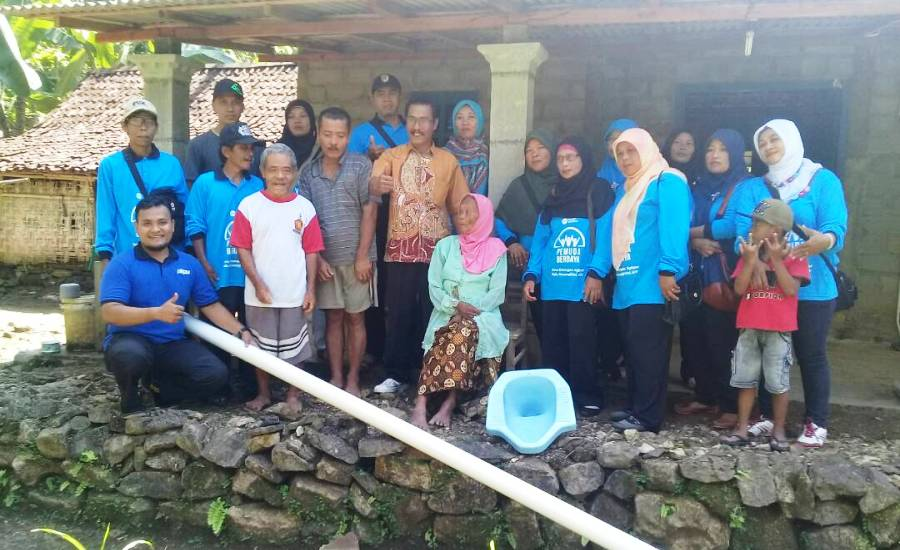 Kepala Desa Bersama Fasilitator PKPU dan Kader Klaster Berdaya Desa Katongan Berikan Stimulan Jambanisasi