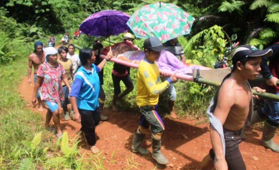 Tak Ada Ambulans, Seorang Ibu Ditandu Sejauh 9 Km ke Rumah Sakit