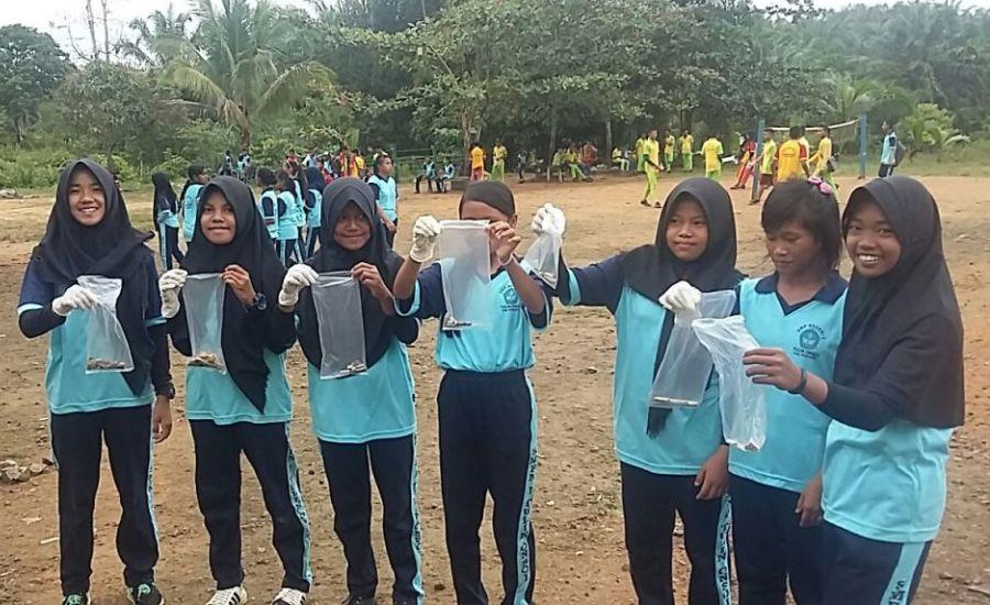 Para Siswa memungut puntung rokok di area sekolah