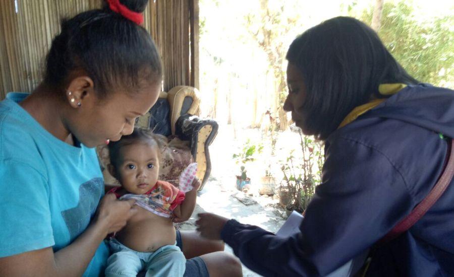 Tim Nusantara Sehat Lakukan Home Visit Keluarga Dengan Anak Gizi Buruk-1