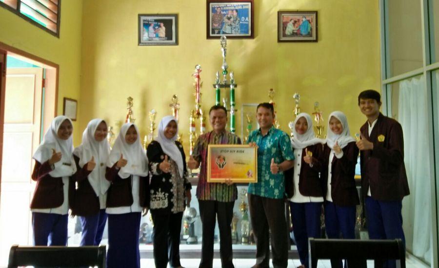 Tim Penyuluh Bersama Kepala Sekolah SMKN 1 Indramayu