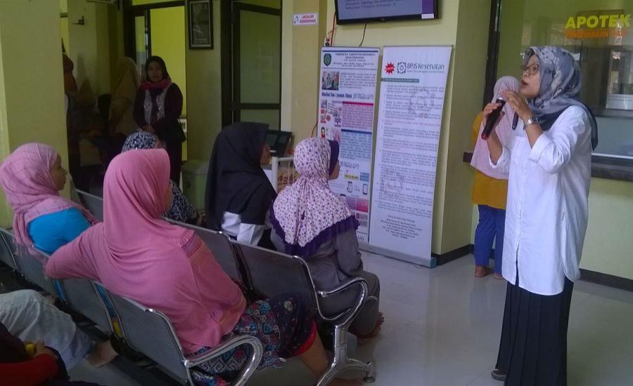 Penjelasan Edukasi Kesehatan kepada Pengunjung PKM Krangkeng Indramayu