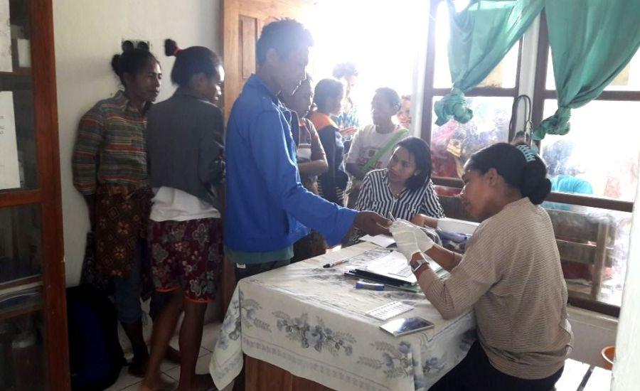 Cegah Penularan HIV, Tim Nusantara Sehat PKM Nualain Periksa Warga Desa Ekin