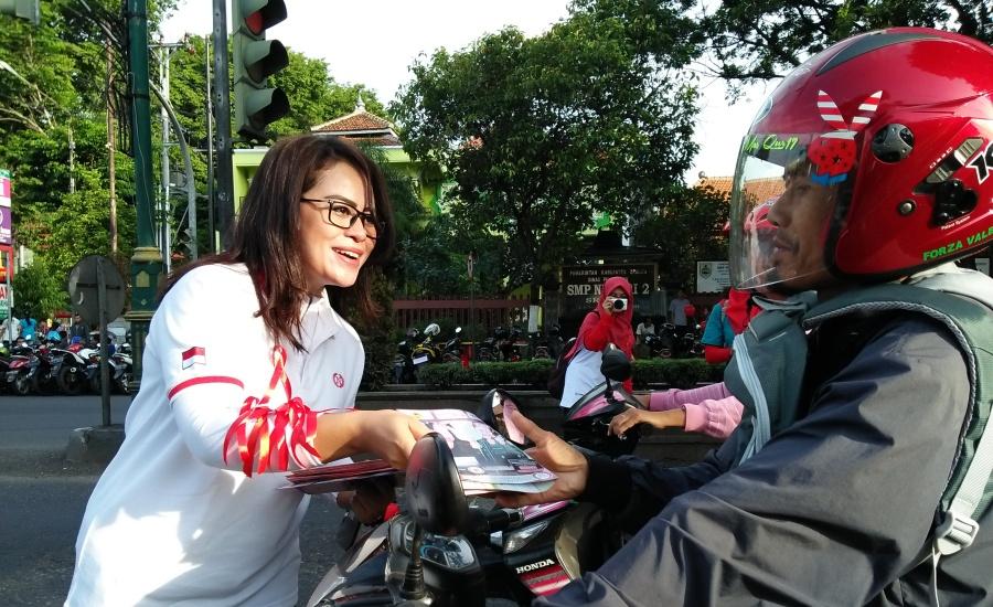 Bagi Pita Merah di Hari AIDS Sedunia 2017