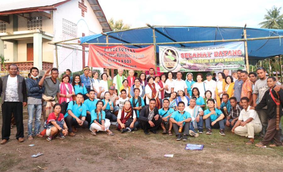 600 Orang Hadiri Pengobatan Gratis Grup dr. Hans Mansyoer & Jruk Sumba di Waimarama