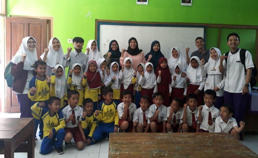 96 Mahasiswa Kesmas STIKKu Beri Obat Cacing ke Siswa PAUD, TK, SD di Desa Jambar