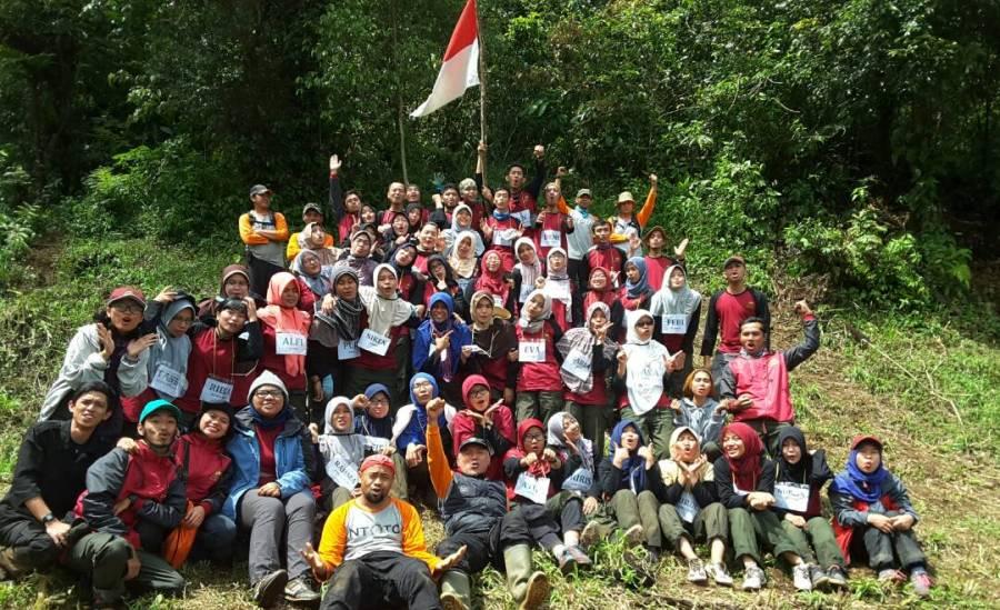 Pelatihan survival di gunung kencana