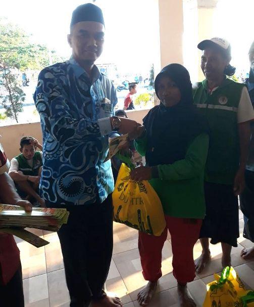 H.Iwan Setiawan, SKM, M.Kes, Ketua PERSAKMI Bantaeng Memberikan Sembako