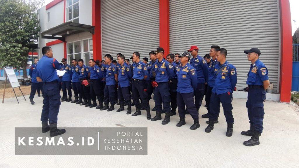 Petugas Damkar DKI Training Penanganan B3