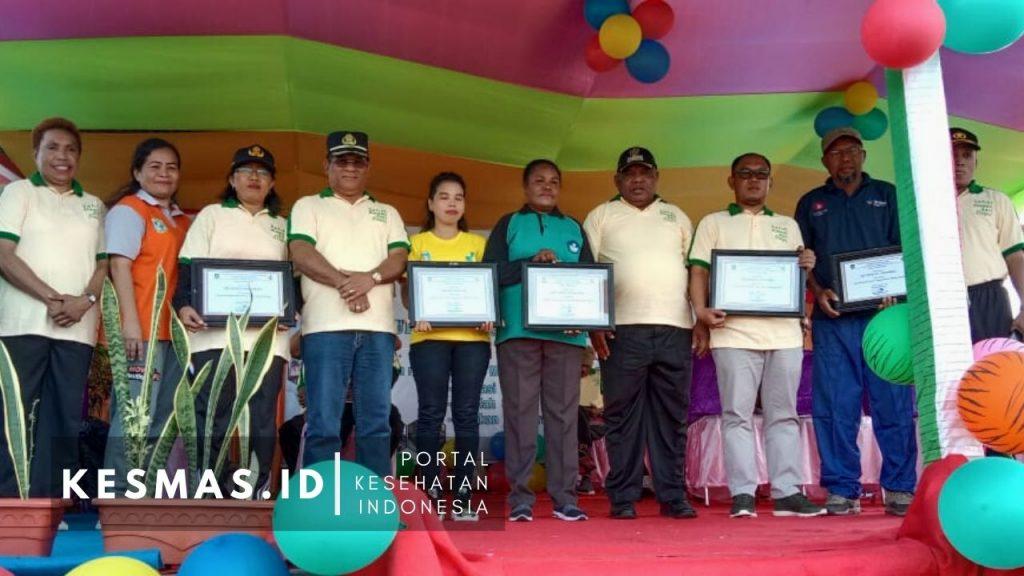 Piagam diserahkan oleh Wakil Bupati Teluk Bintuni Matret Kokop, SH