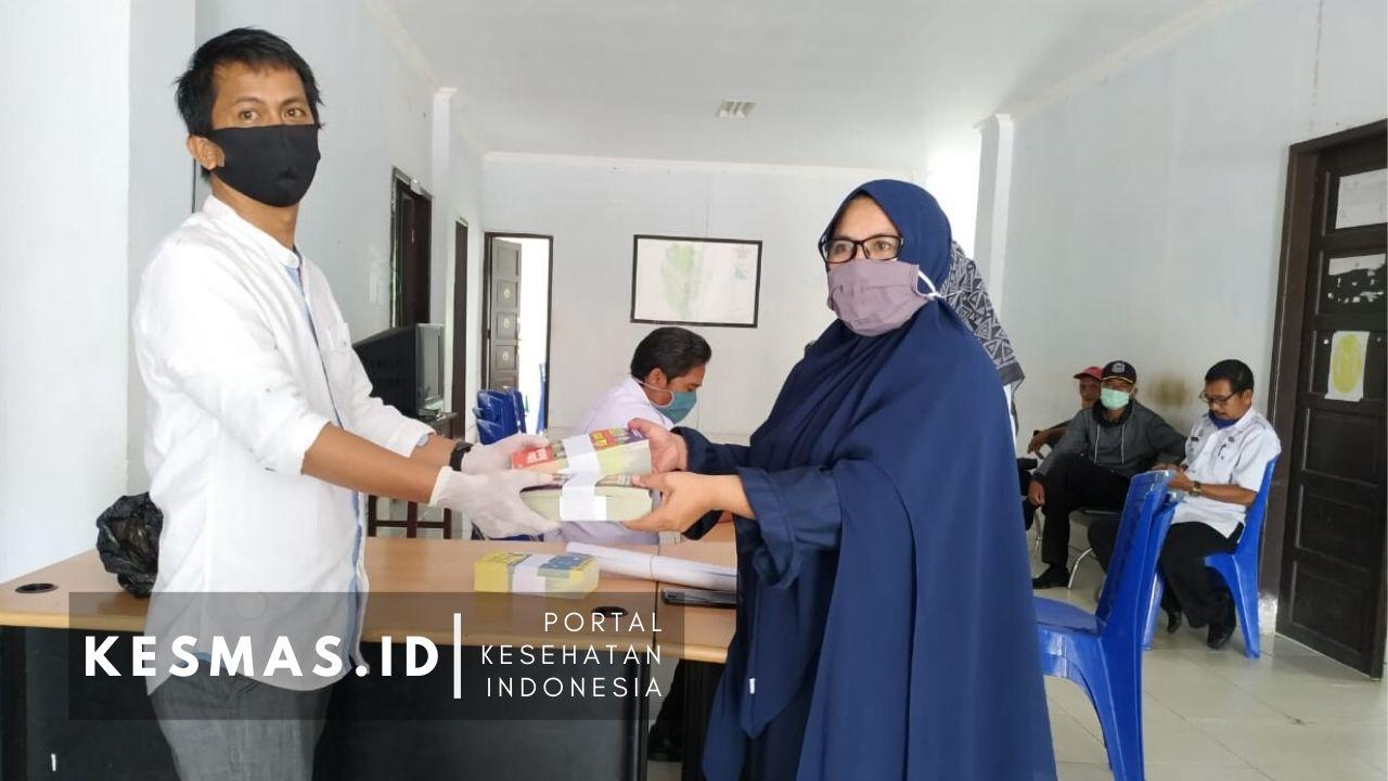 Penyerahan Media Edukasi Covid-19 ke Kantor kelurahan
