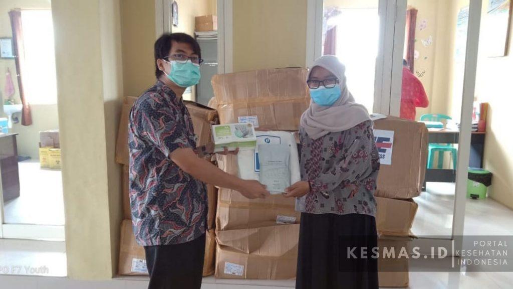 bantuan alat pelindung diri (APD) kepada tenaga kesehatan di Puskesmas Pasrujambe Lumajang