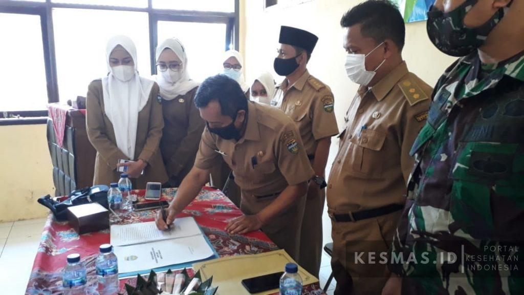 Penandatanganan Modul Strakom Oleh Camat dan Kapus Manonjaya