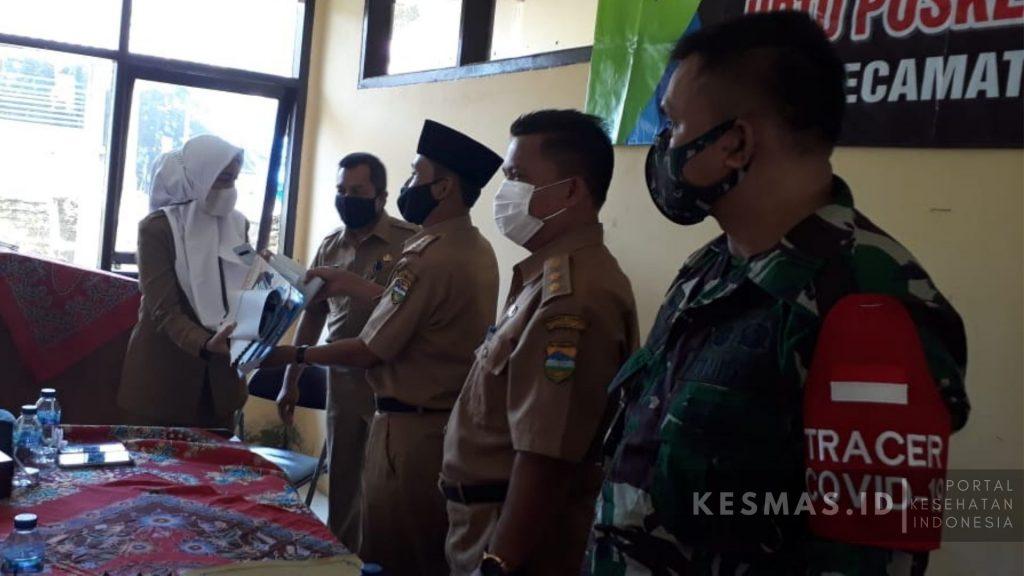 pemberian media KIE untuk Satgas Covid-19 Kecamatan Manonjaya