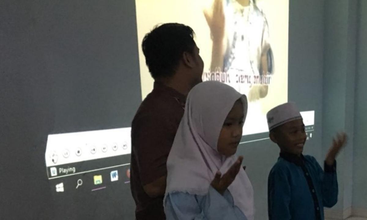 Mahasiswa Promkes STIKes DHB Ajarkan PHBS Kepada Siswa Madrasah